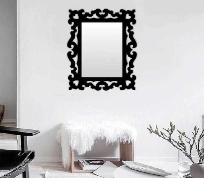 Moldura para espelho em MDF preto chama a atenção na decoração desta sala de estar
