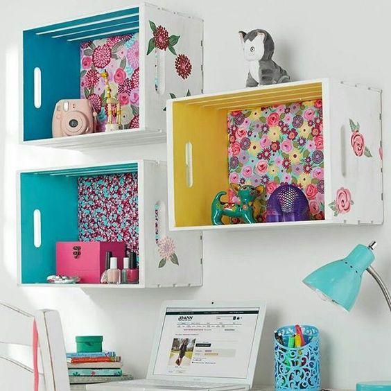 Estante nicho para brinquedos feita de caixote
