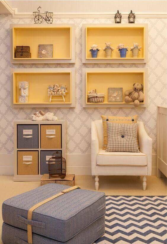 nichos de madeira amarela e tapete com estampa