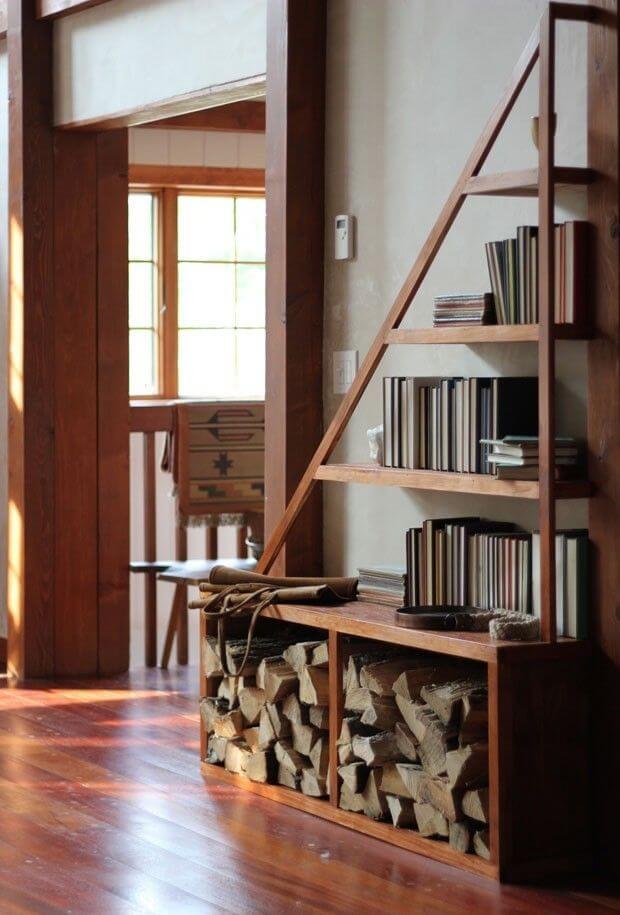 nichos de madeira com tacos e piso vinílico