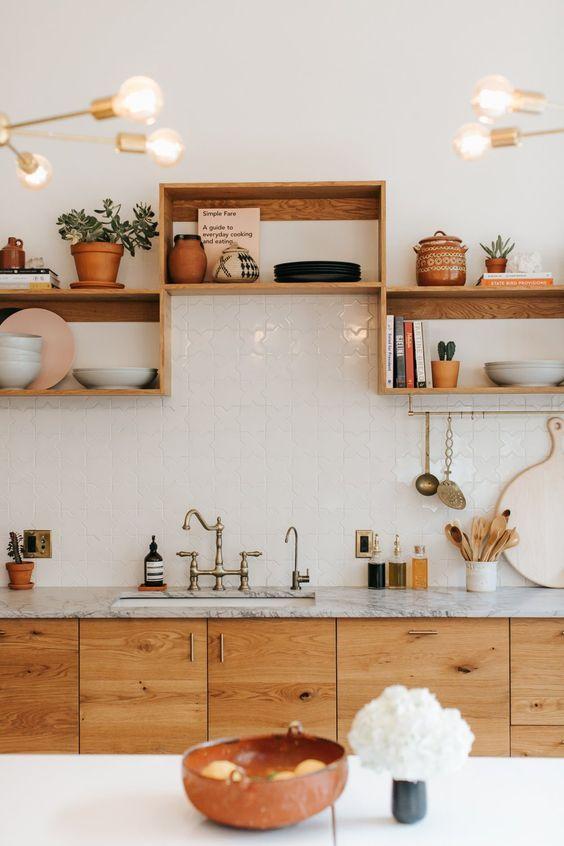 nichos de madeira comum e bancada de porcelanato