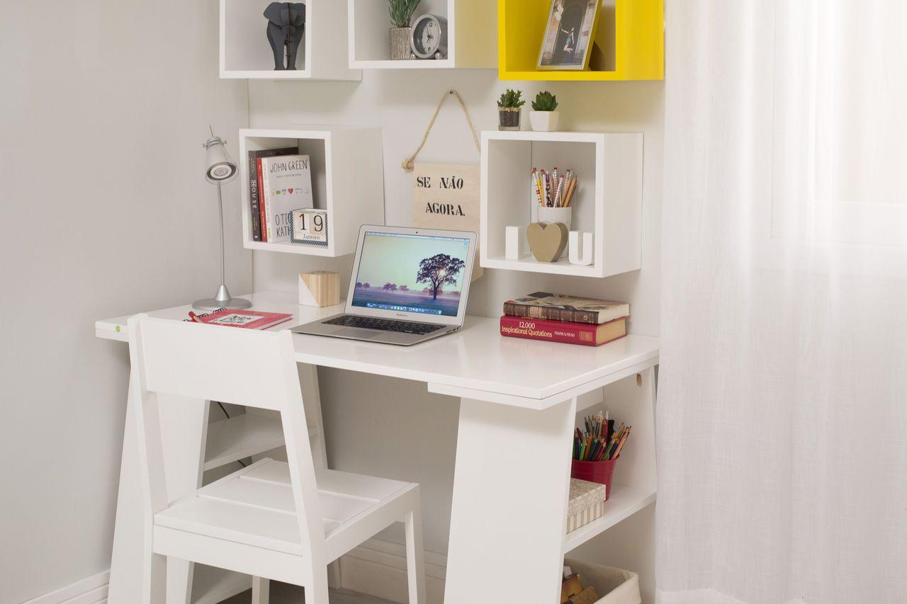 nichos de madeira e cavalete libro em escritório