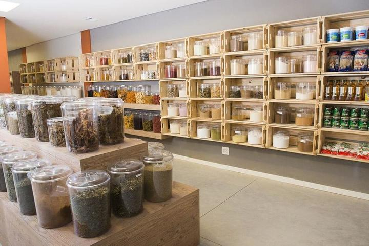 nichos de madeira em paletes e prateleira rústica