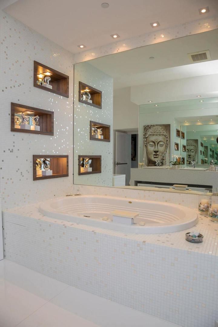 nichos de madeira em parede de banheiro