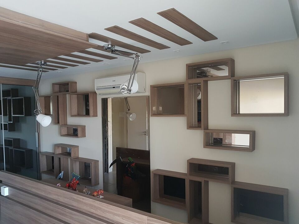 nichos de madeira em tons marrom