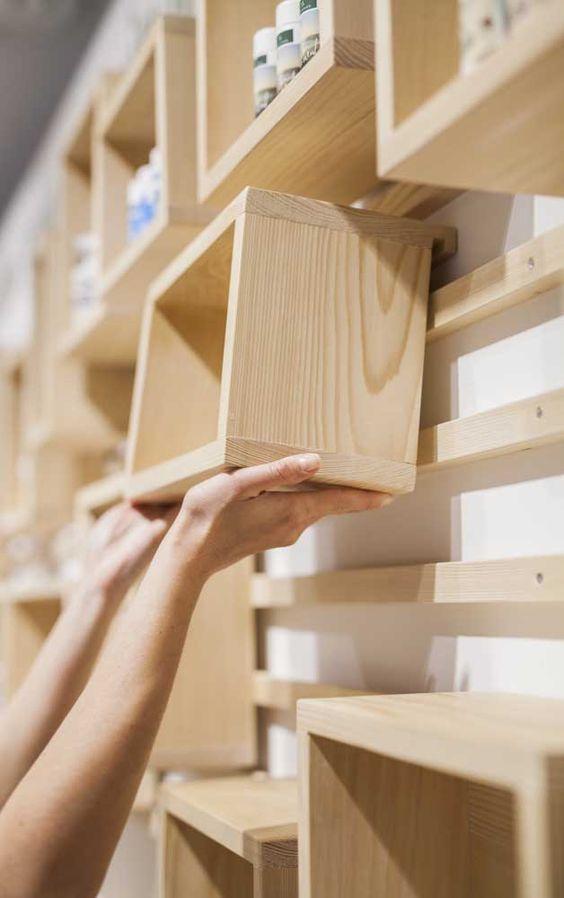 nichos de madeira formando estante