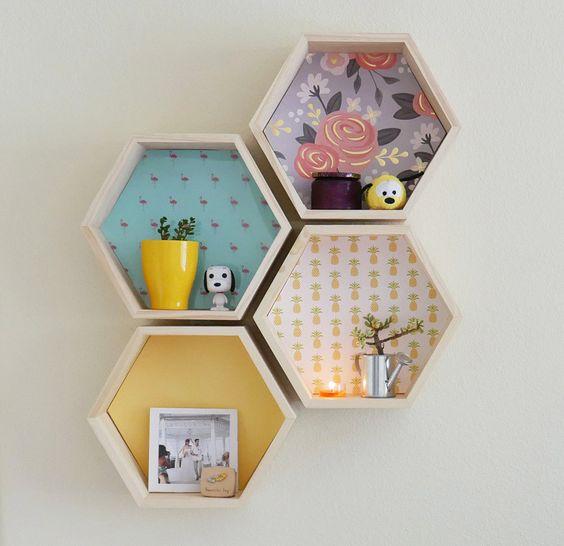 nichos de madeira hexagonais com estampas