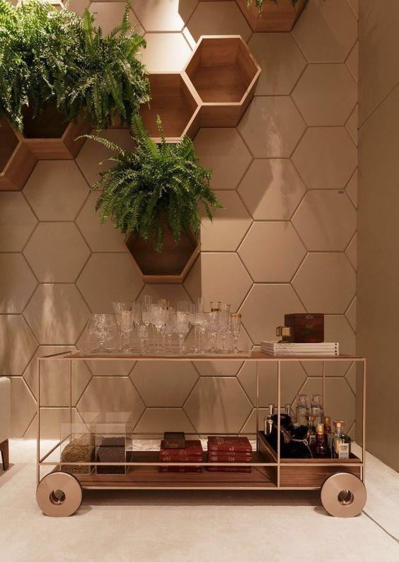 nichos de madeira hexagonais com vegetação natural