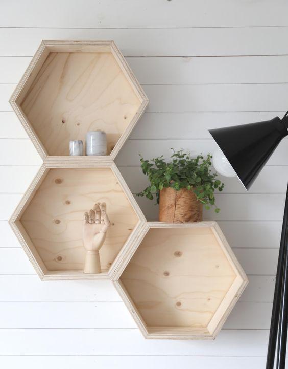 nichos de madeira hexagonais ligados