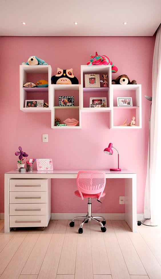 quarto feminino pode ser lindo com a estante nichos para brinquedo