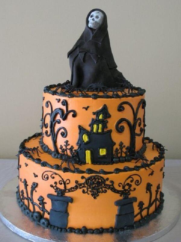 Bolo de Halloween feito com dois andares e caveira no topo
