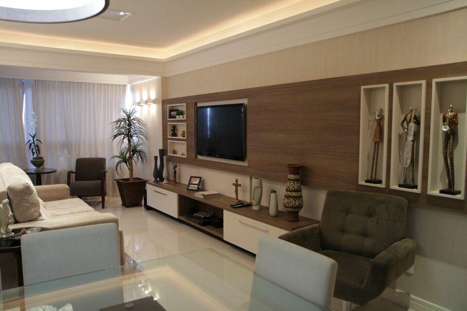 painel com nichos de madeira na sala de TV