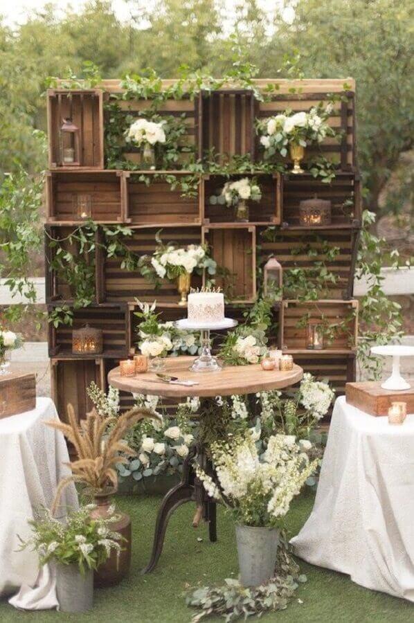 painel de caixote de madeira para mini wedding rústico Foto BlogoCosa