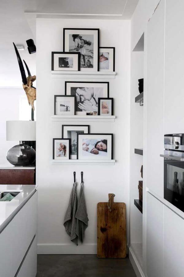 Painel de fotos na prateleira