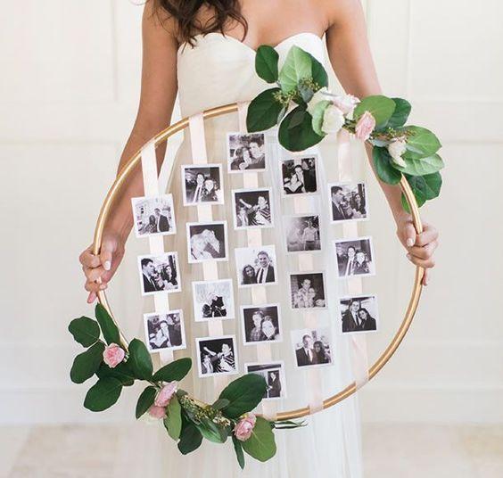 Painel de fotos para festa decorado com flores