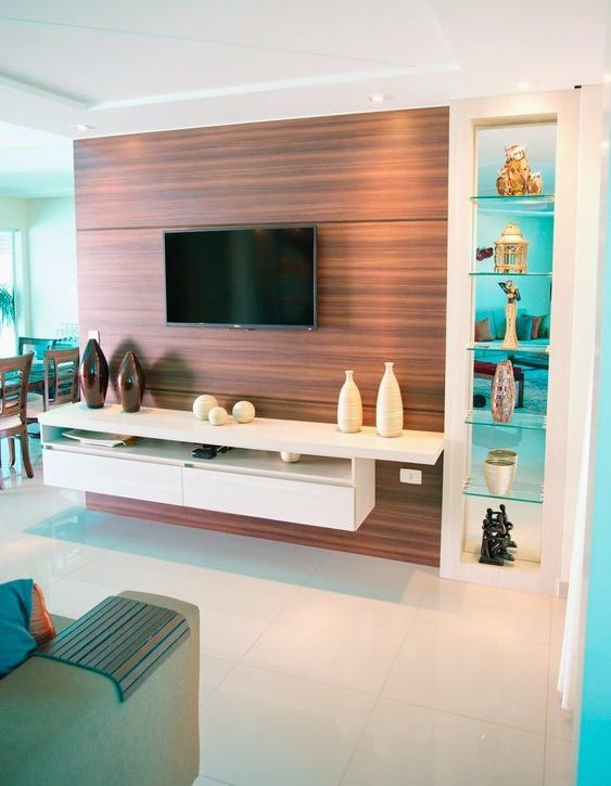 painel de tv e rack suspenso com torre decorativa