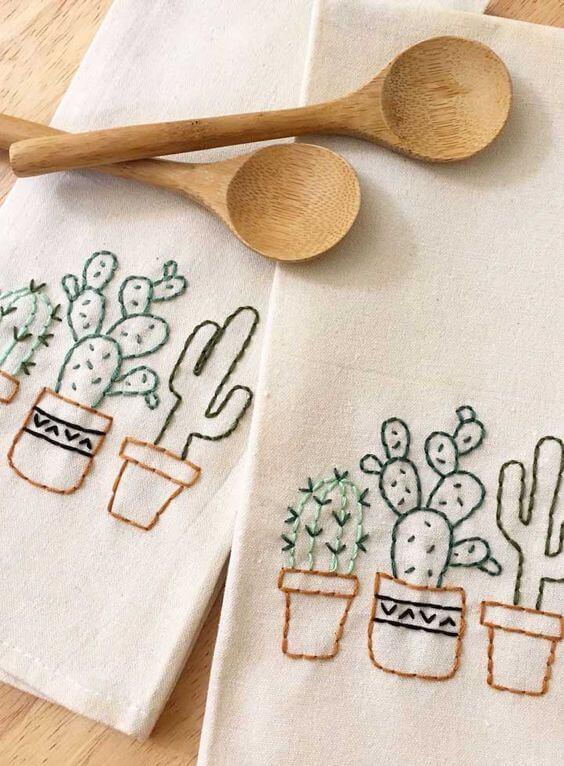 Pano de prato bordado com cactos