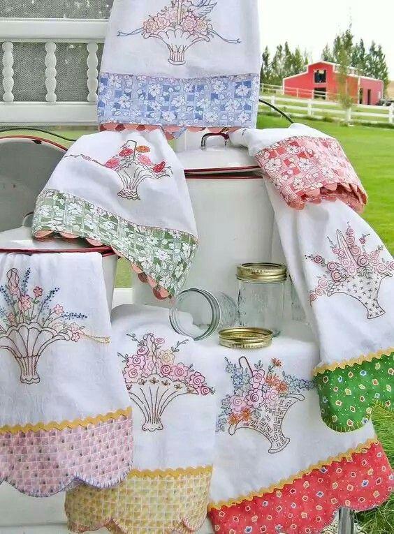 de prato bordado de flores e com barrados em diferentes estampas para combinar