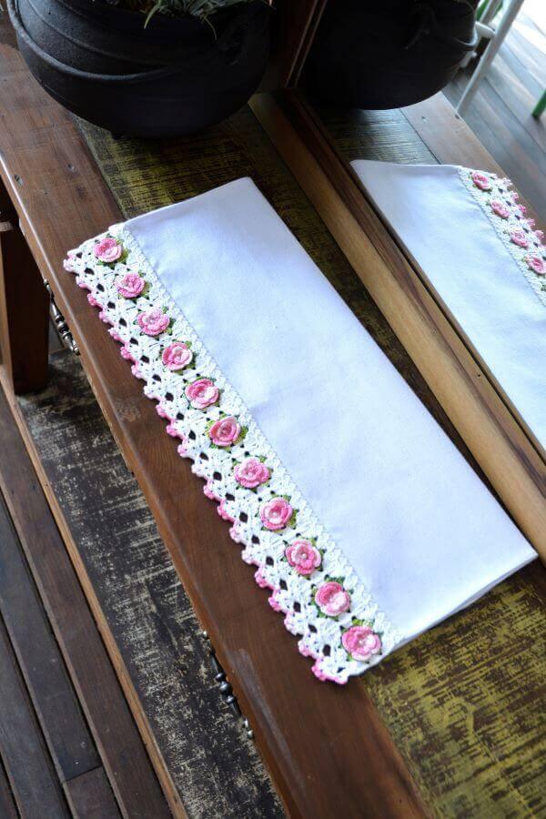 Pano de prato bordado de flores em crochê