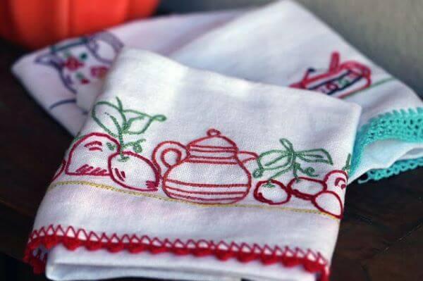Pano de prato bordado em vermelho