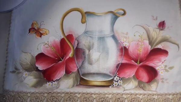 Pano de prato com flores e jarra de vidro