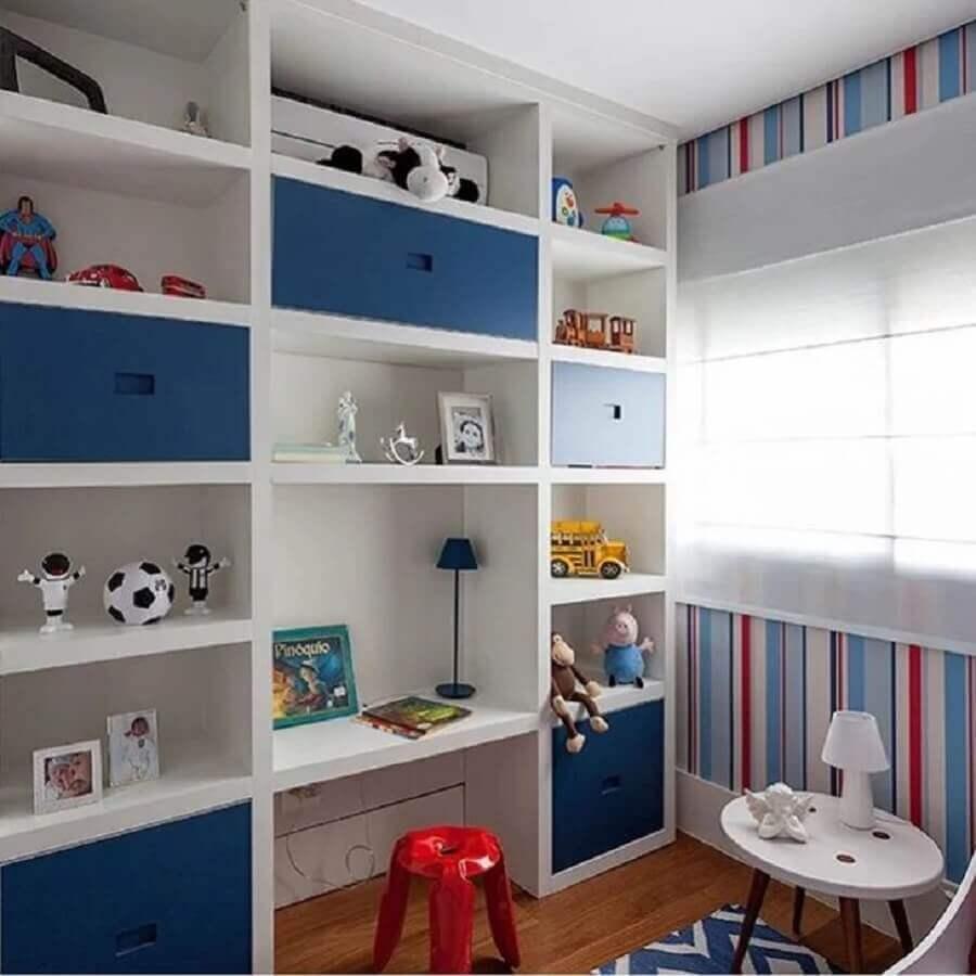 papel de parede listrado colorido para quarto infantil com estante de nichos Foto Marina La-Gatta