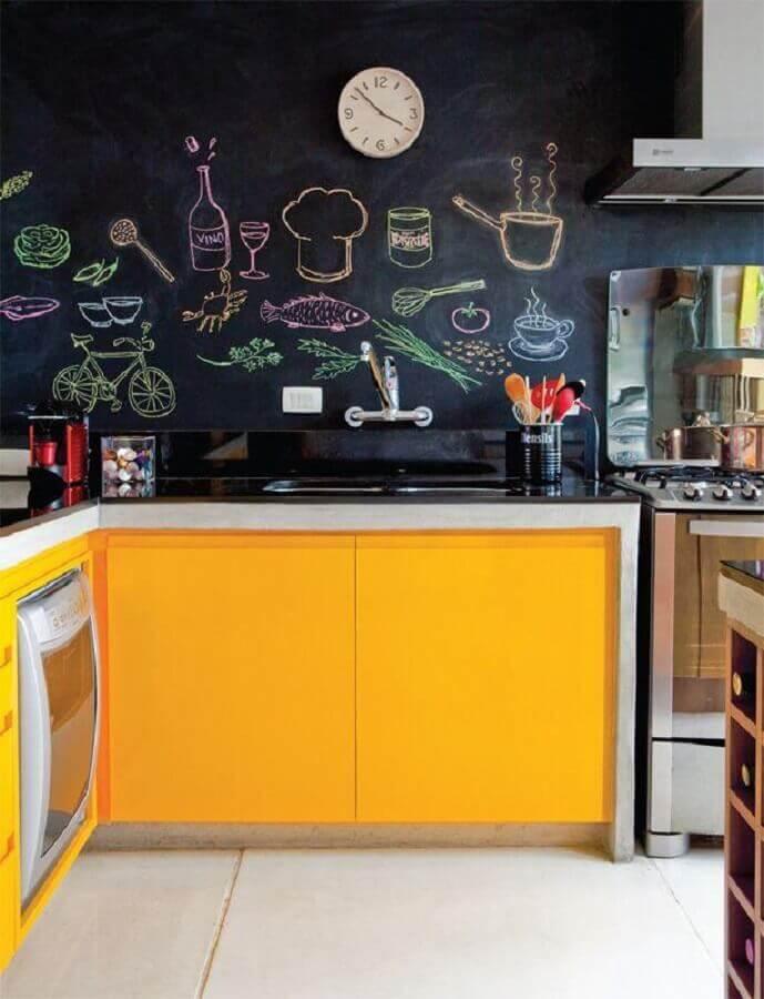 parede de lousa para cozinha amarela e preta planejada Foto DoEdu