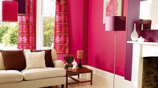 Parede de sala vermelho fúcsia com roxo