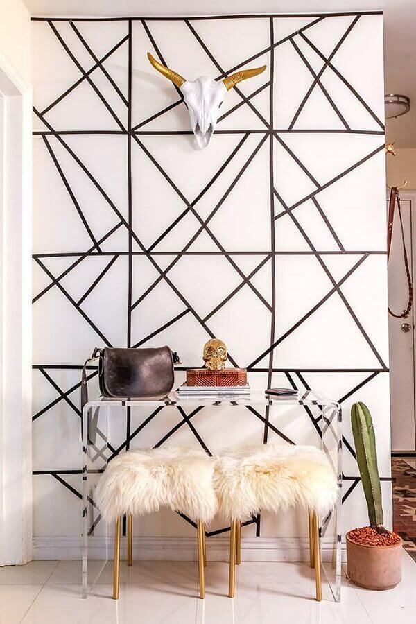parede decorada com fita isolante com figuras geométricas Foto Archidea