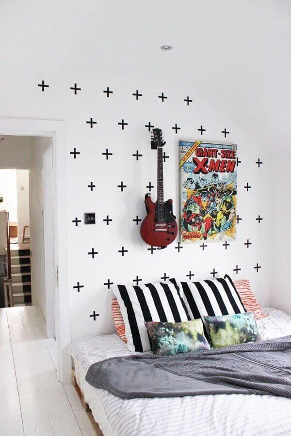 parede decorada com fita isolante pra quarto decorado com guitarra ma parede Foto Viajando no Apê