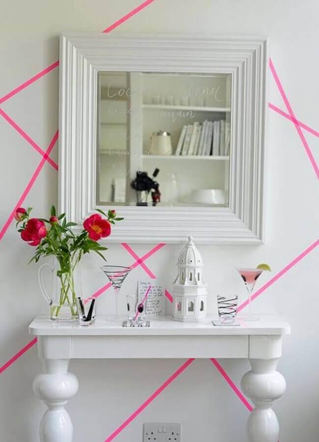 parede decorada com fita isolante rosa Foto Pinosy