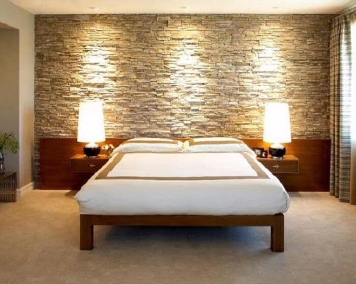 Quarto com parede revestida com pedra São Tomé