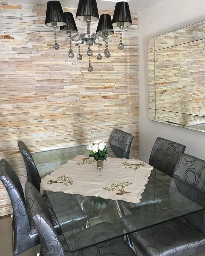 Sala de jantar com parede revestida em pedra São Tomé