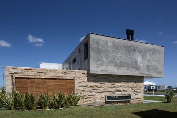 Casa moderna com fachada feita com pedra São Tomé