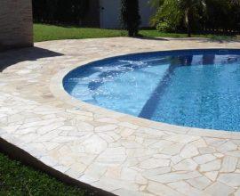 Piscina com piso feito em pedra São Tomé