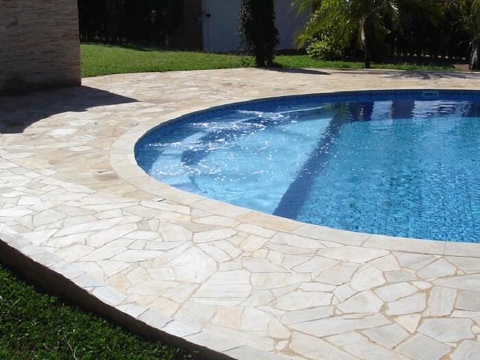 Borda da piscina feita com cacos de pedra São Tomé