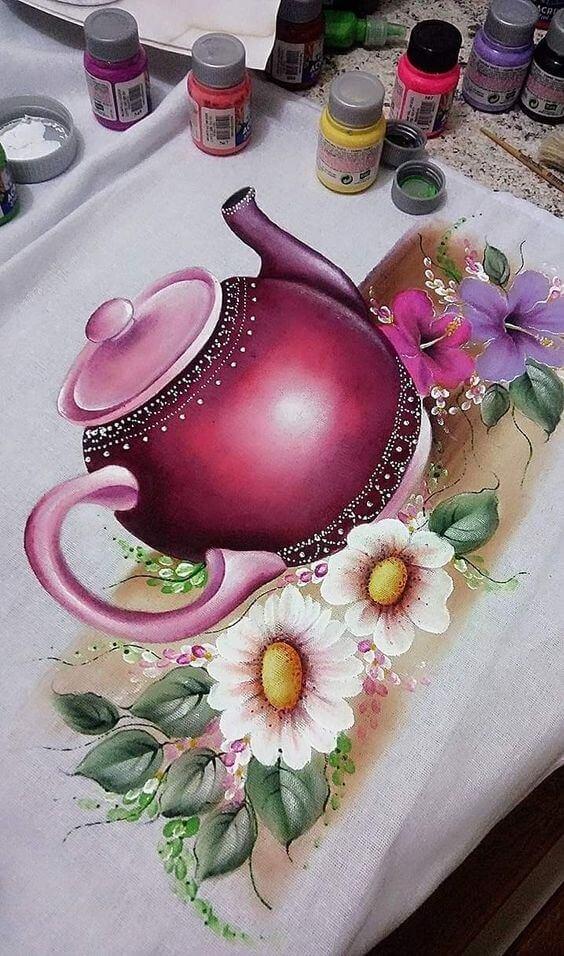 Pintura em pano de prato com bule roxo para combinar com a cozinha