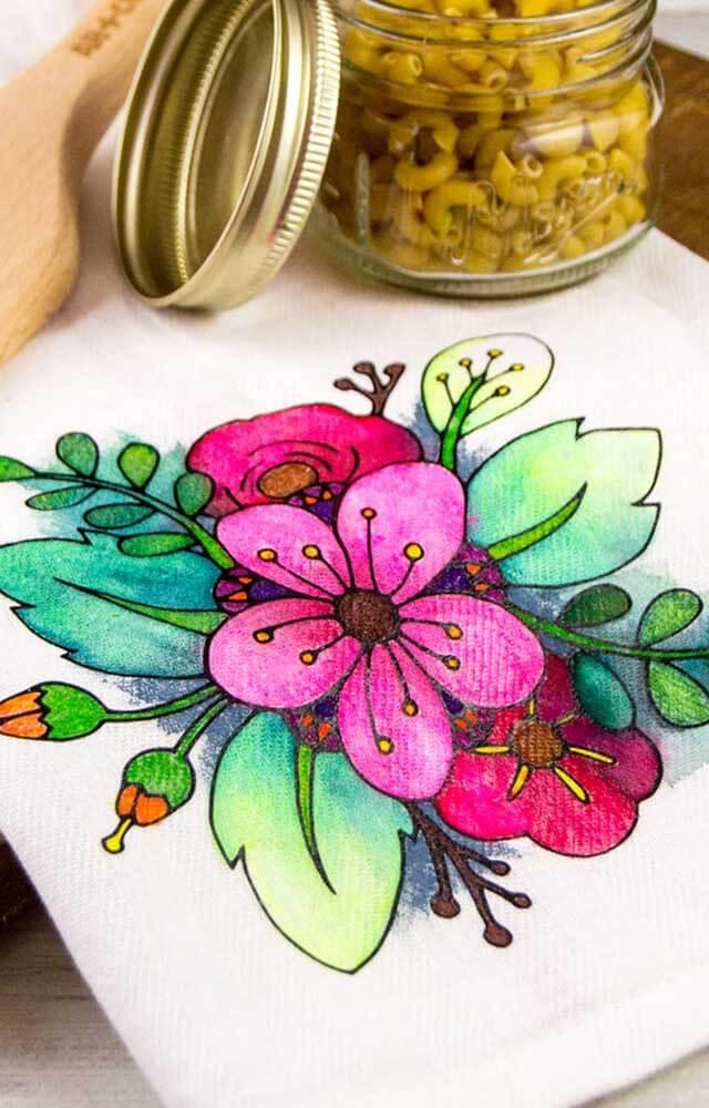 Pintura em pano de prato com flores coloridas
