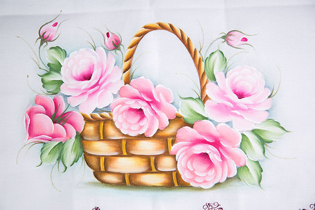 Pintura em pano de prato com flores cor de rosa