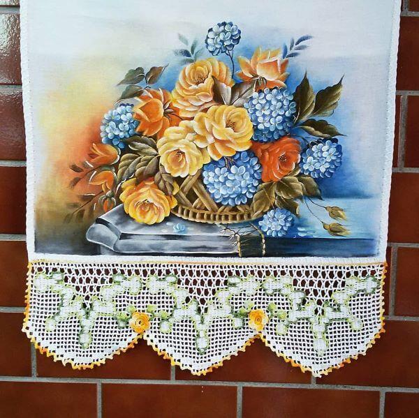 Pintura em pano de prato com flores azuis