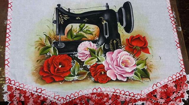 Pintura em pano de prato com máquina de costura e flores
