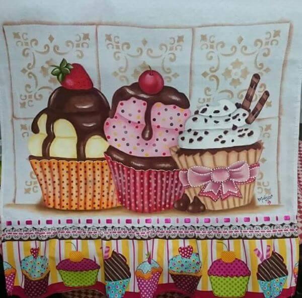 pintura em pano de prato com cupcakes