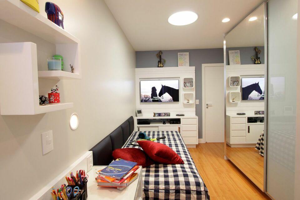 piso com parede clara e móveis com nichos de madeira