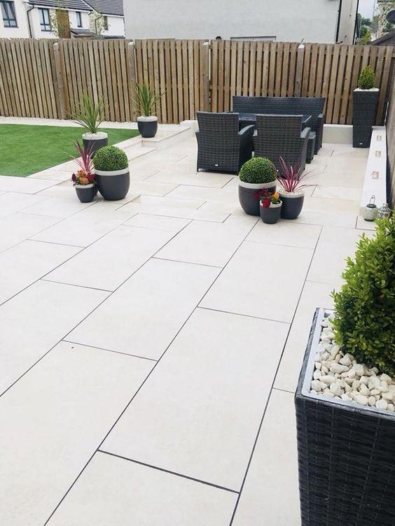 Piso para quintal claro com móveis escuros