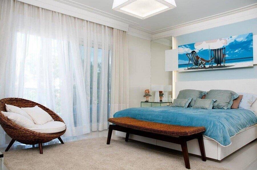 poltrona de vime para quarto de casal decorado em tons de azul Foto Juliana Pippi