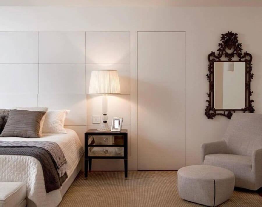 poltrona com puff para quarto com criado mudo espelhado Foto Paula Magnani