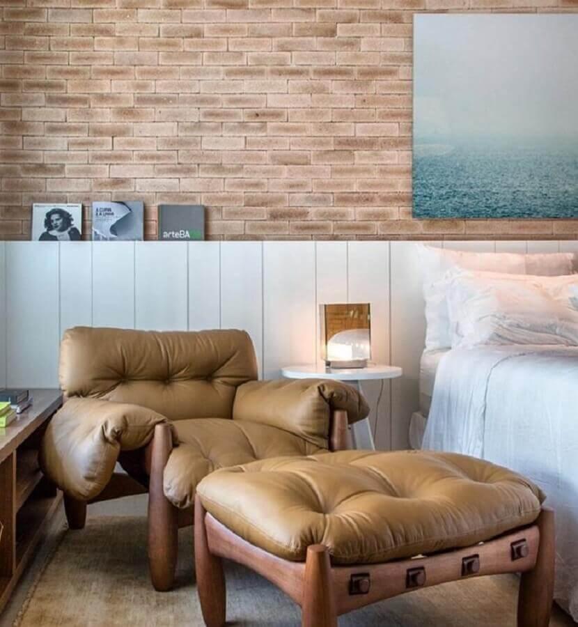 poltrona com puff para quarto com papel de parede de tijolinho Foto Paola Ribeiro