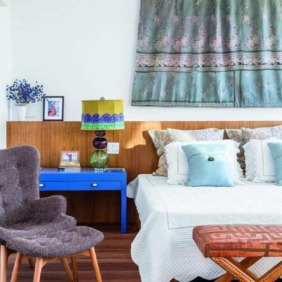 poltrona com puff para quarto simples com cabeceira de madeira Foto Marina Linhares Interiores
