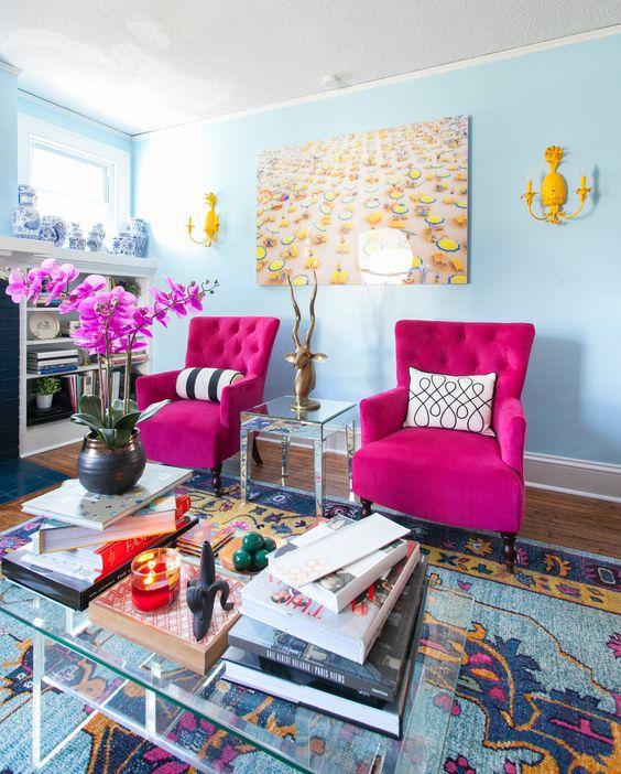 Poltrona rosa fúcsia na sala azul