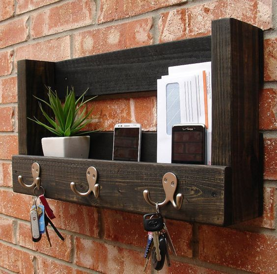 porta chaves de madeira com espaço para correspondências